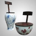 Chaises et vases en bois et porcelaine blanche et bleue.