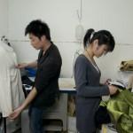 L'assistant de Huang Yue et sa couturière dans l'atelier.