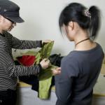 Huang Yue examine une veste avec sa couturière.