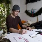 Huang Yue au travail dans son atelier de Sanlitun à Pékin.