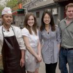 Sarah, Wei 和 Tom跟一个北京人在胡同里