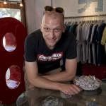 Dominic Johnson-Hill propriétaire de Plastered 8 dans la boutique de Pékin.