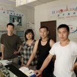 De gauche à droite: Liu Yang, le fromager, Wu Yi, Xu Jiang Yo et Huang Zhi Wei dans la boutique de Huilongguan.