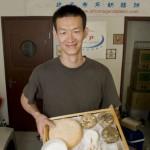 Liu Yang présente une sélection de ses fromages.