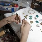 Wang Lei au travail sur une nouvelle collection dans son atelier pékinois.