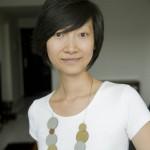 Wang Lei porte une de ses créations avant-gardiste en plastique de sa collection Spin.
