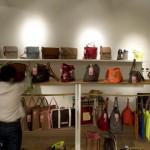 Le rayon des sacs dans la boutique Shanghai Trio de Pékin.
