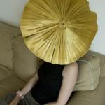 """Elisabeth Koch porte """"Here Comes the Sun"""" une de ses plus récentes créations."""