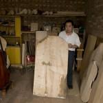 """Une planche d'érable du Sichuan qui servira pour le dos d'une contrebasse """"nicely made in China."""""""