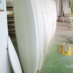 Des planches avant la finition fibre de verre à l'usine du Guangdong avec laquelle Benpat International collabore depuis 15 ans.