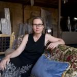 Marianne Friese pose sur une de ses créations: un sofa d'inspiration chinoise avec influence des Gobelins.