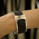 Ce bracelet en argent et galuchat vaut 1800 rmb (201 euros).