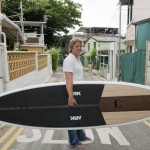 "Adam dans une rue de Shek-O avec une ""stand up paddle board"" Nicely Made in China."
