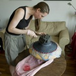 2.伊丽莎白在她位于北京的寓所里制作新作品
