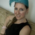 """1.女帽设计师伊丽莎白·考奇头戴用染成湖蓝色的雄鸡羽毛制成的作品""""喷泉""""(Fountain)"""