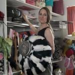 4.伊丽莎白在工作室里,手中是最新的作品
