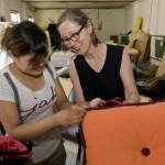 4.Marianne Friese和张小姐一起对张小姐手工缝制的双滚边做最后检查