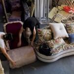 6.Marianne Friese仔细检查一只新完工的扶手椅,并将亲自将它送往新家