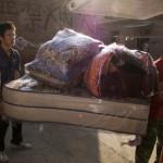 7.几件Malilian家具在从工作室被运往它们的新家的途中