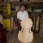 4.高振民展示一块四川枫木制成的低音提琴背板