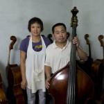 1.纯手工低音提琴制作者高振民先生和妻子闻亚霞在工作室里