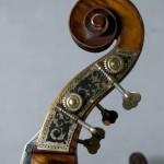 7.精美的低音提琴琴头和铜质调弦器