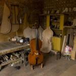 8.高振民工作室里的一把制作完成的大提琴