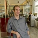 1.金银珠宝匠Nicolas Favard在他位于时尚三里屯的店铺里