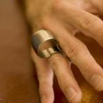 7.这件供手上把玩的饰品由四块没有焊接在一起钛金属构成