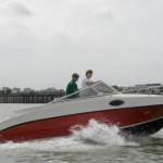 8.红龙游艇公司制作的20英尺家庭机动船带有140马力的铃木引擎