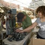 3.杨宝光在教一名员工如何正确使用机器