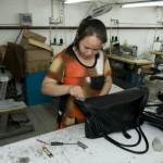 Le contrôle qualité est effectué à l'usine de Suren Handmade. Chaque sac est inspecté individuellement.