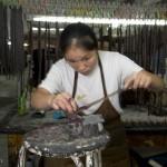 Les anses des sacs à main sont finies une par une à la main.