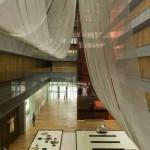 The Opposite House -ici le lobby vu du premier étage- dessiné par l'architecte japonais Kengo Kuma.