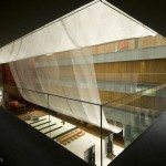 3.从一楼俯视大堂,乳白色半透明的金属网纱非常雅致