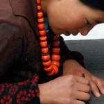 6.每一块Norlha批巾都是纯手工制作;这个项目使得许多当地居民可以留在家乡工作