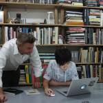 L'architecte-designer Sean Dix dans son bureau hongkongais de Sheung Wan photographié avec Keikko l'une de ses collaboratrices.