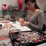 """Sunjuan travaille pour Marion Carsten sur une pièce appelée """"Myriad Gems"""" et qui est faite de quartz, de grenat, de jade, d'agate, de chrysoprase, de péridot, d'onyx et de perles."""