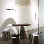 Table et  tabourets en inox et éclairage par DESIGN MVW basé à Shanghai.