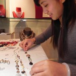 Sunjuan fabrique une pièce pour Marion Carsten dans la boutique de Taikang lu a Shanghai.