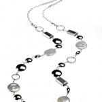 Un collier fait de plusieurs éléments par Marion Carsten: argent sterling, plaqué rhodium, perles d'eau douce et coquillages de conque.