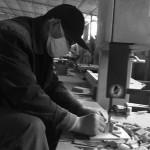 Un menuisier chinois au travail sur un projet de DESIGN MVW.