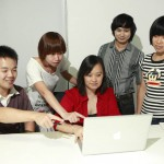 Chocolate的总设计师Valérie Nomain (红色衣服)和她的四位设计主管在Chocolate深圳工作室里