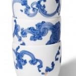 Tasses faites à la main en porcelaine avec motifs bleus translucides et fioritures dorées 14k.