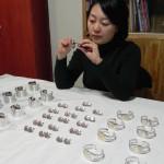 Janice Gu est chargée du contrôle qualité chez Marion Carsten Jewelery à Shanghai, Chine.