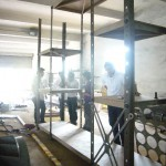 2.建筑设计师Sean Dix在检查一个巨大的棚架系统的生产