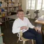 Sean Dix, assis sur une chaise qu'il a créée, pose dans son studio de Sheung Wan, Hong Kong