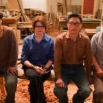 Lisa Minder-Wu, fabrique des meubles à Pékin entourée de son équipe d'artisans chinois.