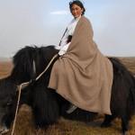 Un modèle monté sur un yak, l'animal emblématique du haut plateau tibétain, porte un châle de Norlha en laine de yak.