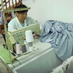 Une couturière au travail sur un prototype de linge de lit dans l'atelier de Rouge Baiser de Shanghai.